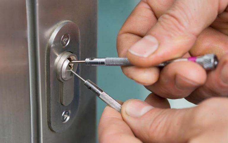Comment ouvrir soi-même une porte claquée à moindre coût ?