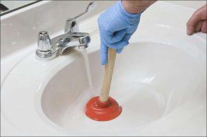 deboucher-lavabo-salle-de-bainJ'ai un drain bloqué, mais qui est responsable