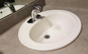 réparer une fuite eau lavabo salle de bain